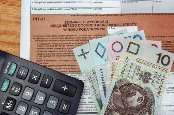 zeznanie podatkowe z kalkulatorem i banknotami